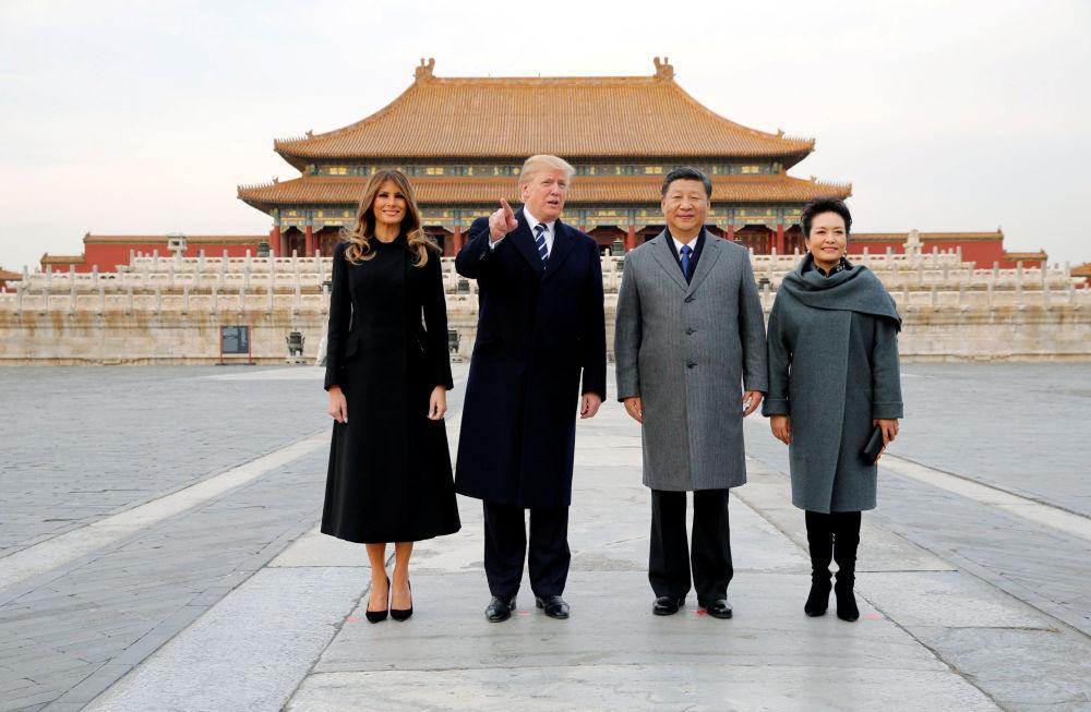美国总统唐纳德·特朗普和夫人梅拉尼娅在中国国家主席习近平和夫人彭丽媛的陪同下参观故宫