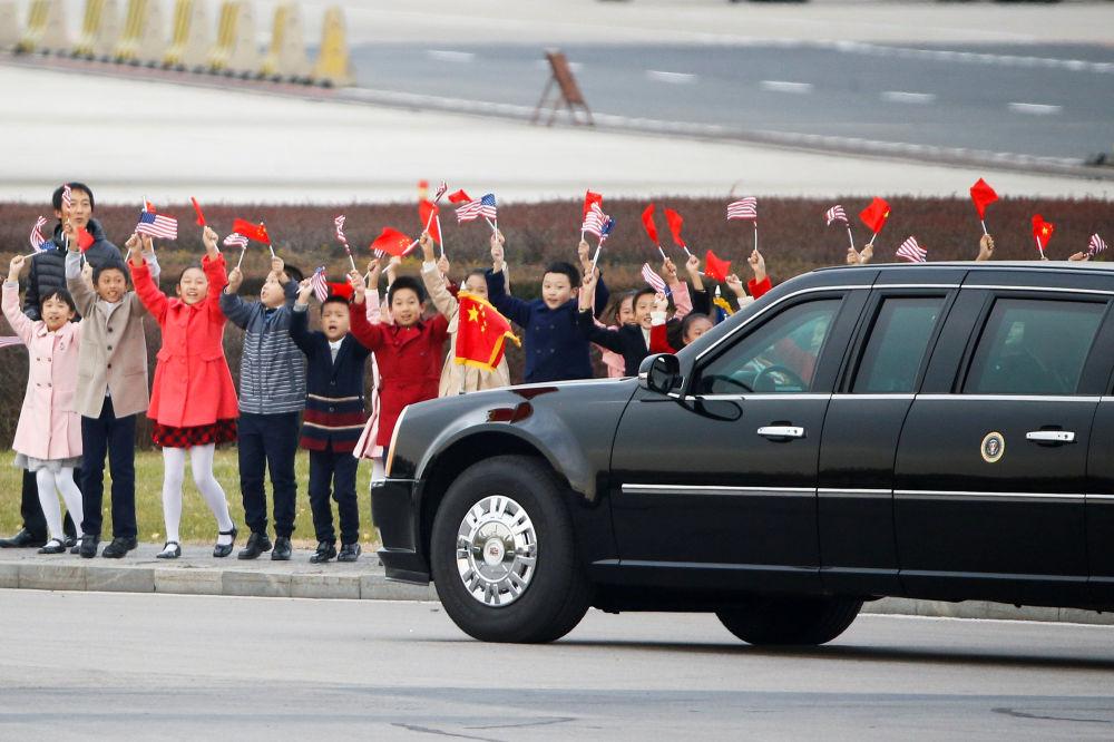 儿童们在北京首都机场欢迎美国总统唐纳德·特朗普和夫人梅拉尼娅