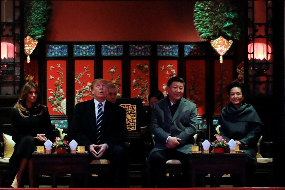 美国总统唐纳德·特朗普和中国国家主席习近平与两位夫人来到北京紫禁城观赏京剧