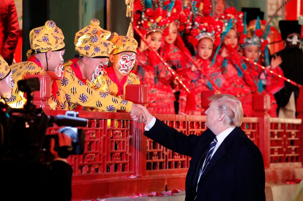 美国总统唐纳德·特朗普在北京故宫欣赏演出时
