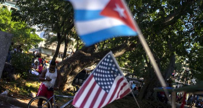 """彭斯威胁对古巴采取""""更严厉的措施"""""""
