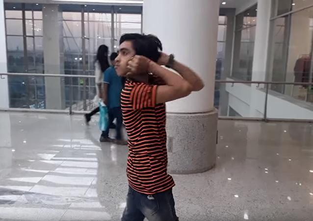 巴基斯坦一男孩可将头旋转180度
