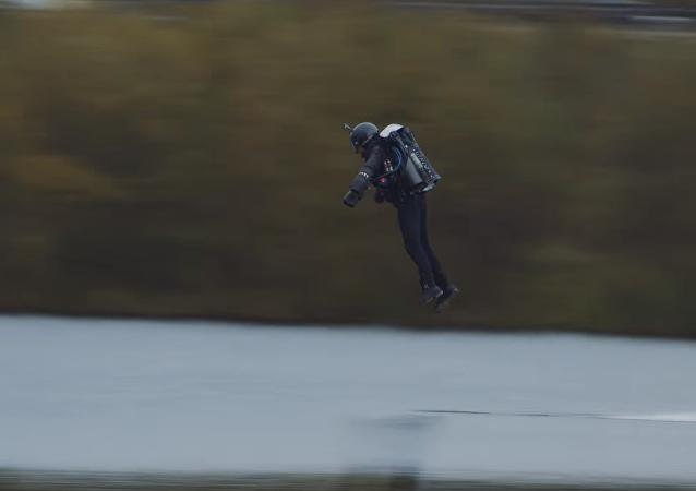 英国男子打破身着飞行服最快飞行记录