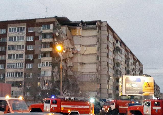 俄罗斯一首府城市的九层民宅一侧楼体发生坍塌