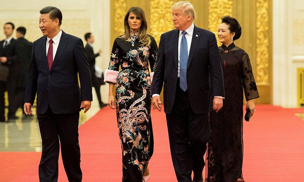 美国第一夫人梅兰娜·特朗普在随同唐纳德·特朗普去年11月访问中国出现在招待会上时,穿的正是一件华丽的Gucci品牌旗袍,上有刺绣和粉色绒花。