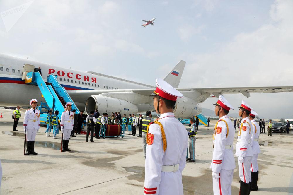 2017年11月10日。迎接俄联邦总统普京的仪仗队在越南岘港市机场降落的搭载普京总统的飞机旁。