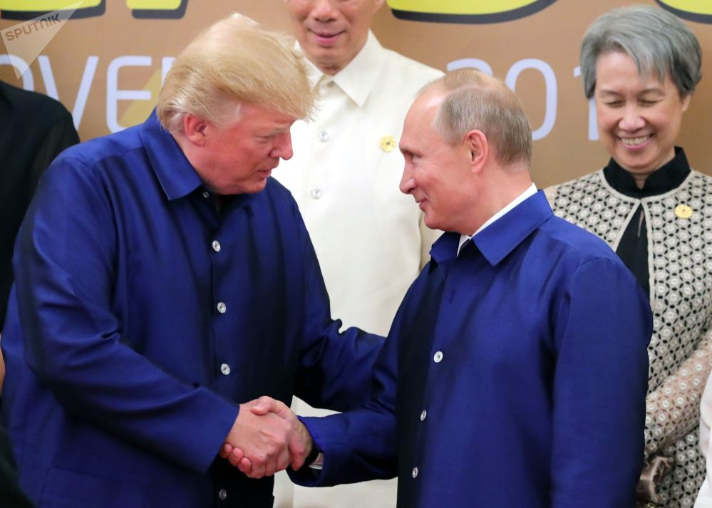 2017年11月10日。俄聯邦總統普京與美國總統特朗普(左起)在越南舉行的亞太經合組織(APEC)經濟體國家領導人會議時身穿越南傳統服裝合影。