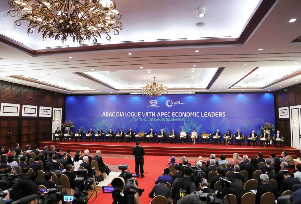 2017年11月10日。俄聯邦總統普京參加在越南舉行的「亞太經合組織」國家元首與該組織工商咨詢理事會成員在峰會上進行的會面。
