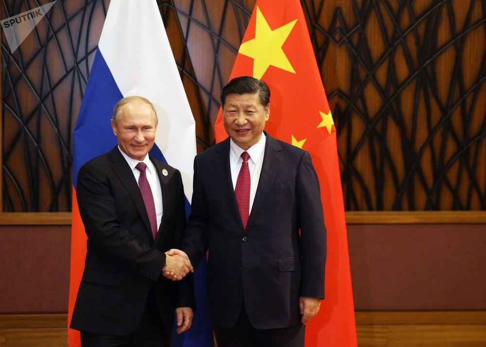 """俄联邦普京与中国国家主席习近平在越南岘港市的""""亚太经合组织""""峰会期间进行会面"""