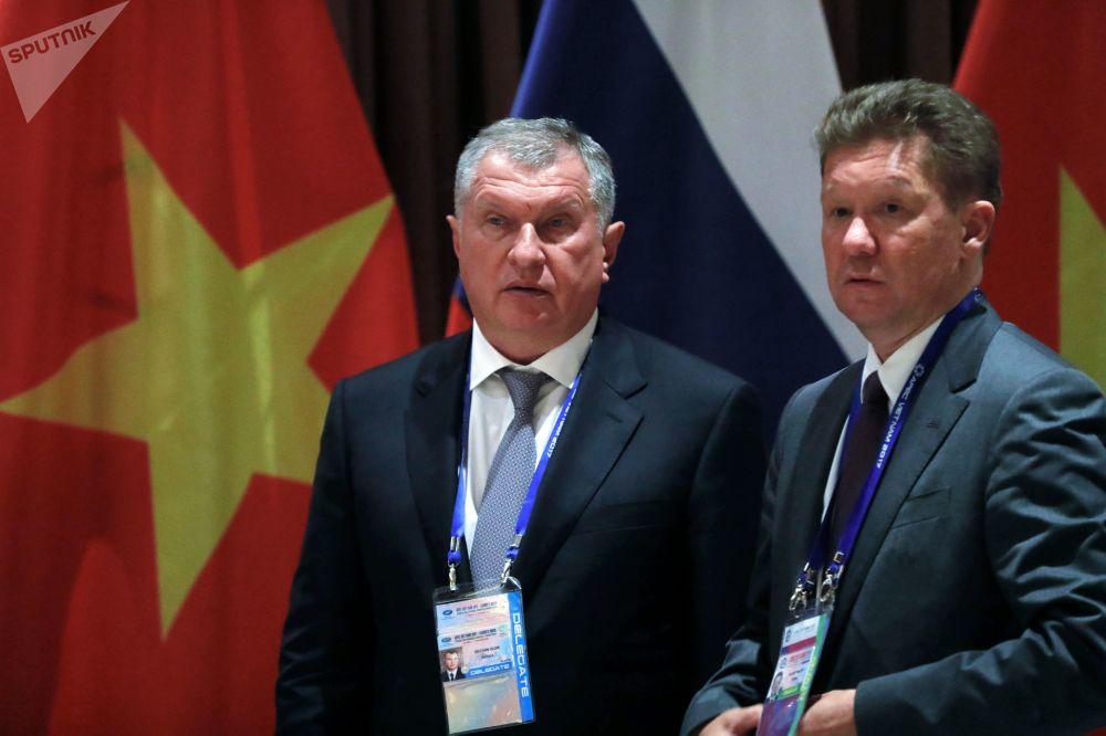 """""""俄罗斯石油""""公开股份公司伊戈里﹒谢钦与俄罗斯天然气工业股份公司董事长阿列克谢﹒米勒在越南岘港市的""""亚太经合组织""""峰会期间。"""