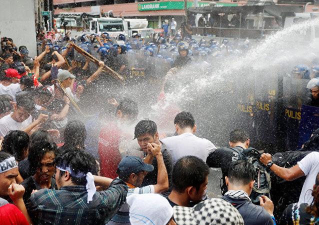 馬尼拉警方再次在暴亂中對示威者使用水炮