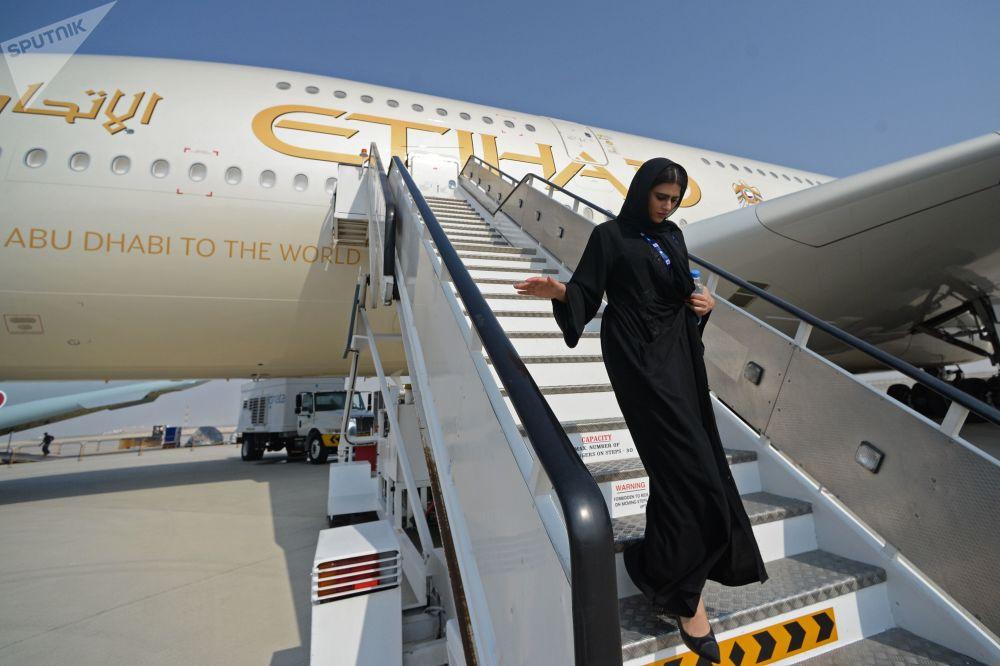 2017年迪拜国际航展上的一位女士。