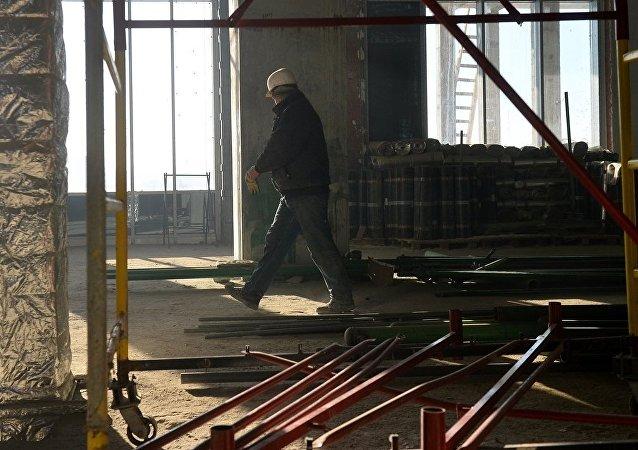 俄萨兰斯克市一座正在施工的建筑发生楼梯倒塌事故