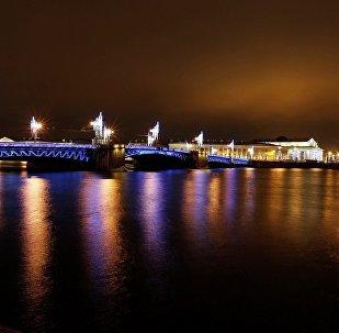 聖彼得堡市政府決定將市內橋梁裝飾一新迎接新年