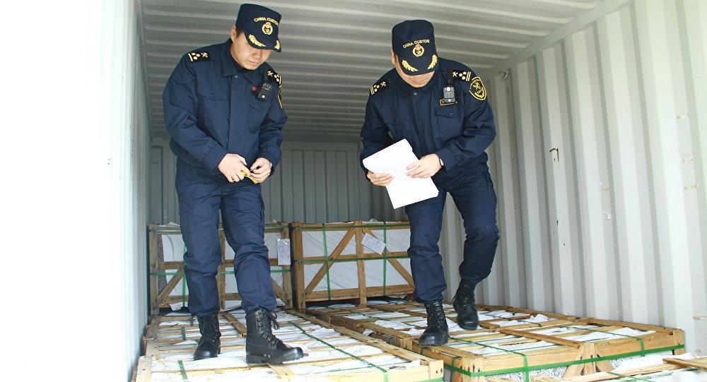中国海关推动各国联合打击固体废物走私