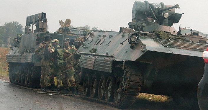 津巴布韋軍隊的一個裝甲車隊駛向哈拉雷方向