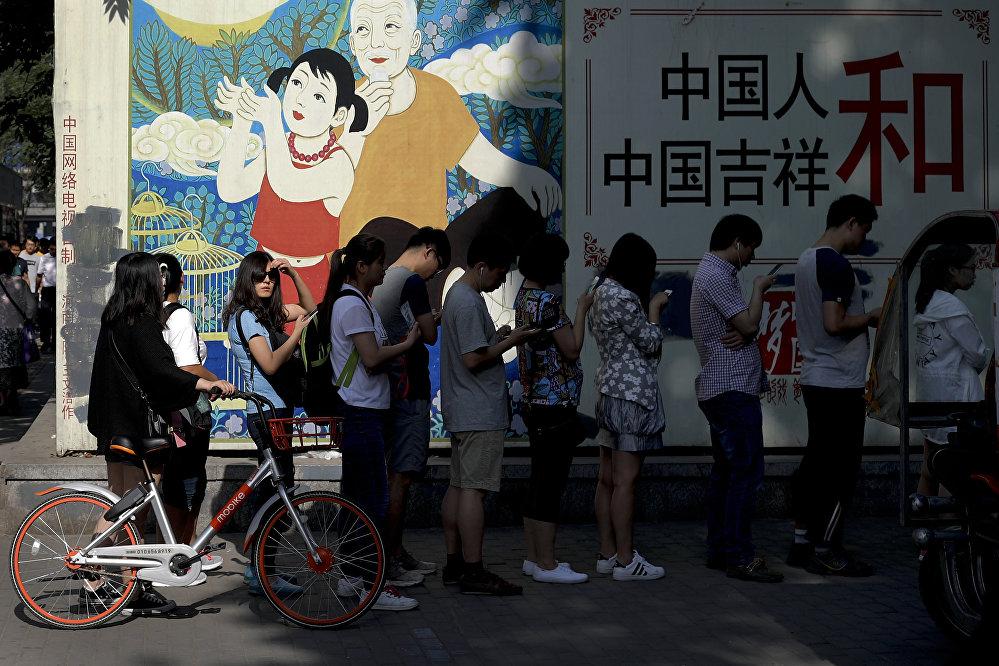 中国政府起初并没有阻止小额贷款潮。消费持续增长,每年双十一网售额连创新高。另外,也曾把小额贷款视作农村脱贫的途径。