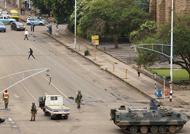 津巴布韦某部队的一支装甲车队在哈拉雷