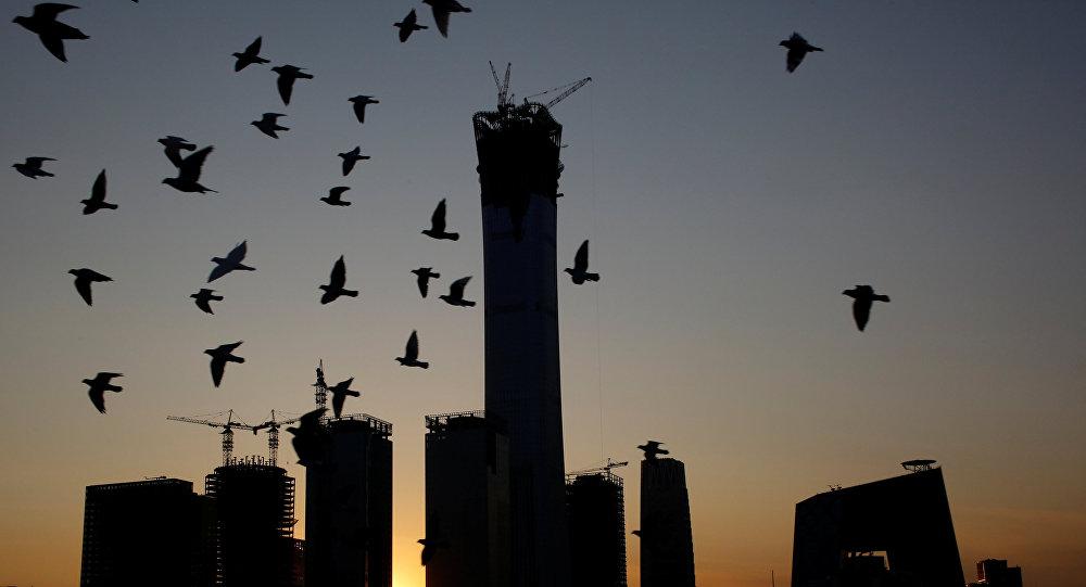 世界实践表明,股市在危机爆发前总会暴涨。在1997年的亚洲金融危机时,日韩两国就是这样,2008年的美国同样如是。虽然由于外国投资者对中国股市准入有限,中国股市因而仅对世界市场产生间接影响,但包括普通中国股民在内的本土投资者的资金可能处于威胁之下。