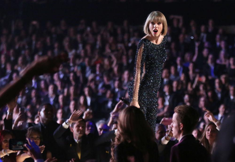 美国歌手间演员泰勒·斯威夫特27岁,收入4400万美元。