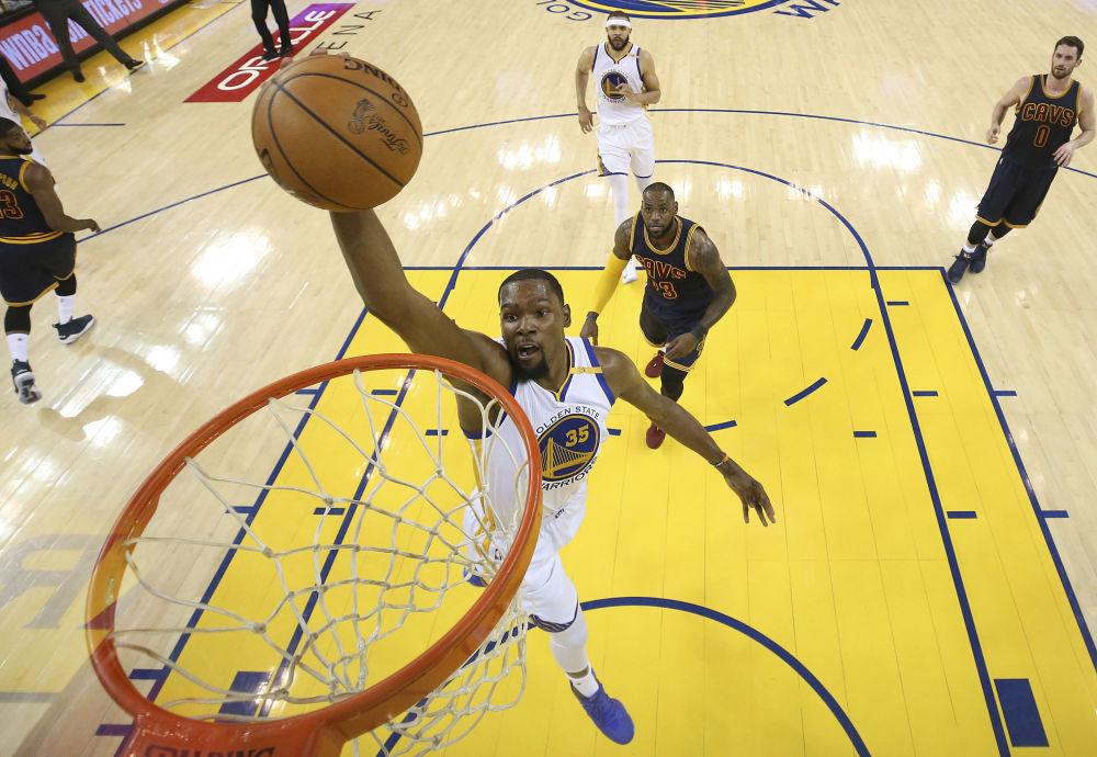 美国职业篮球运动员凯文·杜兰特29岁,收入6060万美元。