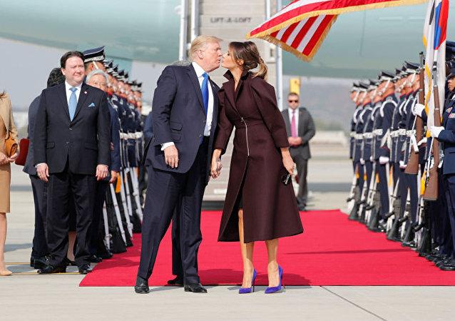 美国总统唐纳德·特朗普和夫人梅拉尼娅在韩国首尔机场
