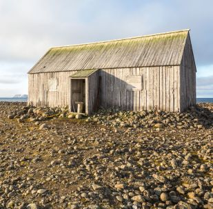 """贝尔岛上的小屋""""艾勒的避难所"""",1881年建于英国探险家本杰明·利·史密斯考察活动期间。"""