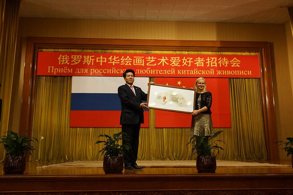 中国驻俄大使馆获赠画作