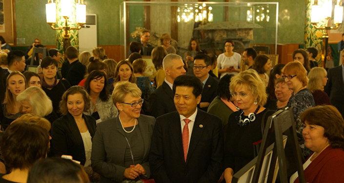 中國駐俄羅斯大使李輝與客人