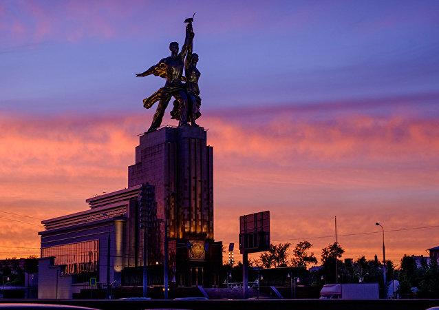 Памятник Рабочий и Колхозница на ВДНХ