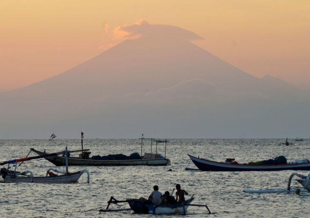 巴厘岛阿贡山火山开始喷发