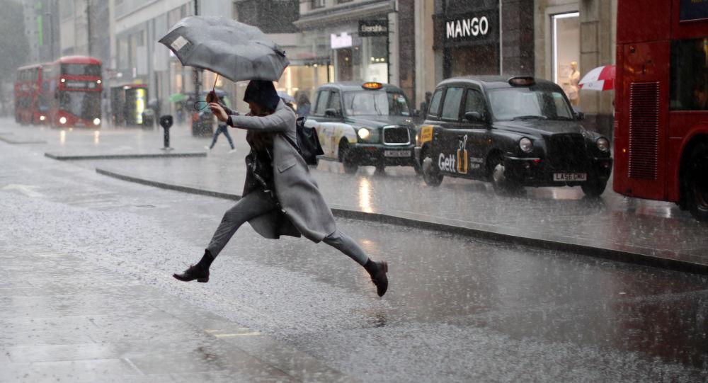 倫敦女孩雨中跳水坑(資料圖片)