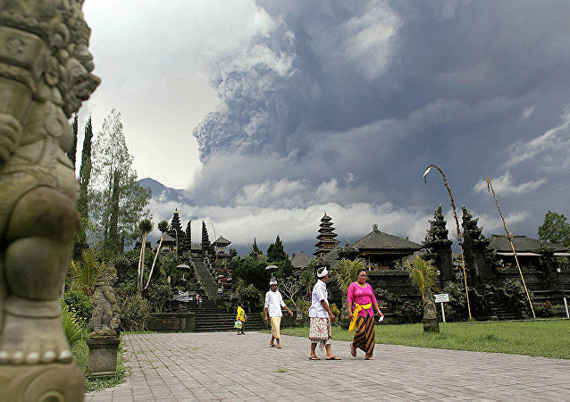 印尼巴厘岛阿贡火山爆发  火山灰柱高达2000米