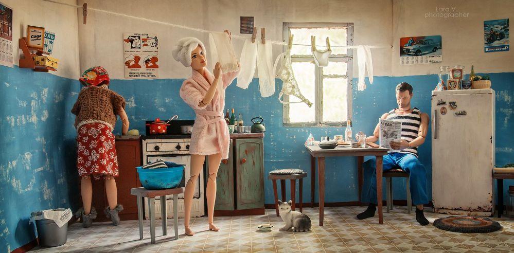 公寓里居民们公用厨房、浴室和厕所。图中为芭比在厨房晾衣服。