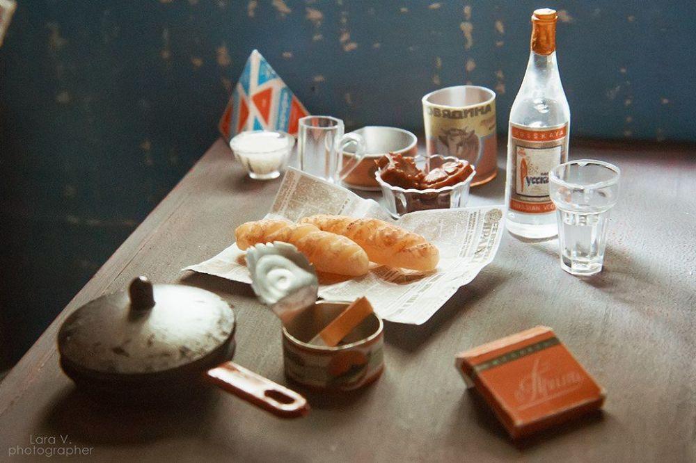 """摄影师制作的微型食物:鱼罐头、牛肉罐头、面包、普瑞玛(Prima)香烟和""""俄罗斯""""牌伏特加。"""