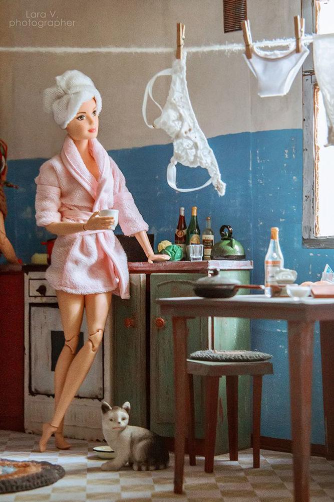 芭比在公寓的厨房里。
