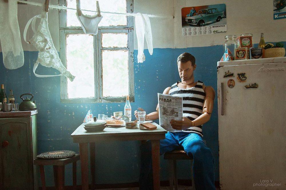 肯在阅读迷你版的《真理报》。