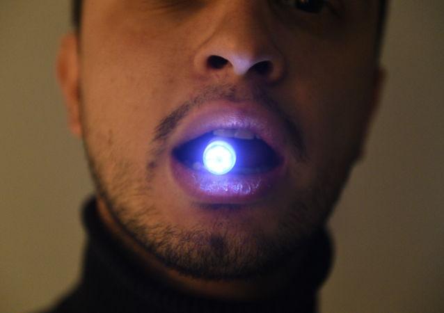 用於診斷消化系統疾病的「鈴蘭」內窺鏡攝像頭由電源、光電二極管和彩色攝像機組成。微型設備在八個小時內通過胃腸道,每秒可拍攝3幅圖像。
