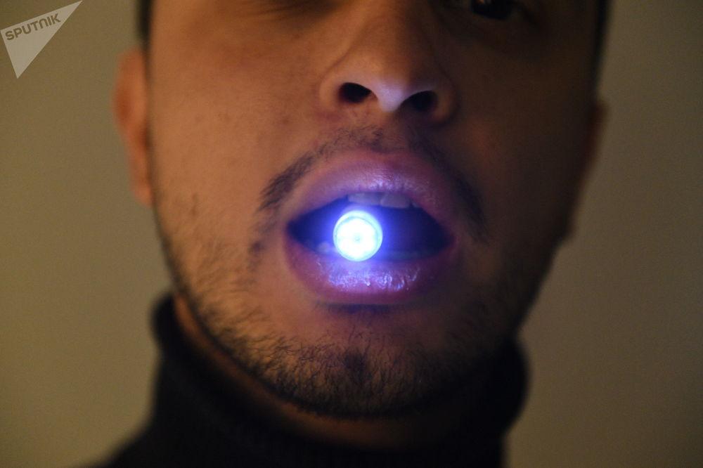 """用于诊断消化系统疾病的""""铃兰""""内窥镜摄像头由电源、光电二极管和彩色摄像机组成。微型设备在八个小时内通过胃肠道,每秒可拍摄3幅图像。"""