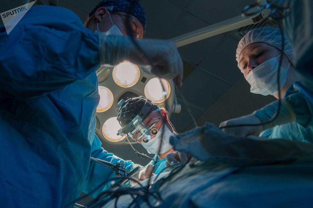 伽马定位仪实时给外科医生提供关于肿瘤位置、遍布以及切除组织边界的信息。