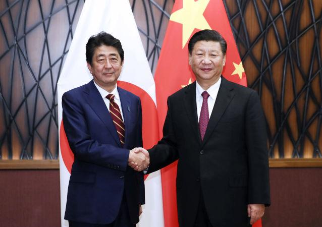 Премьер-министр Японии Синдзо Абэ и лидер КНР Си Цзиньпин на саммите АТЭС во Вьетнаме