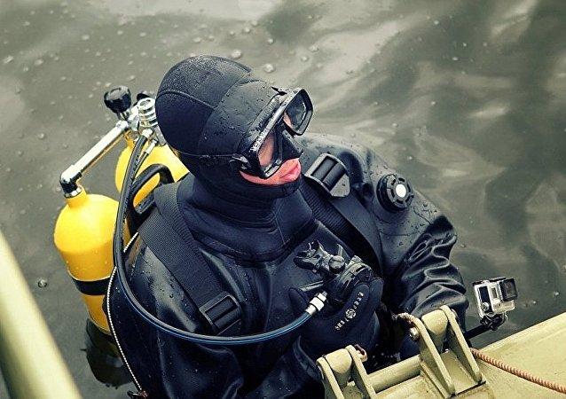 俄白空降兵携潜水装备练习水下徒手搏斗
