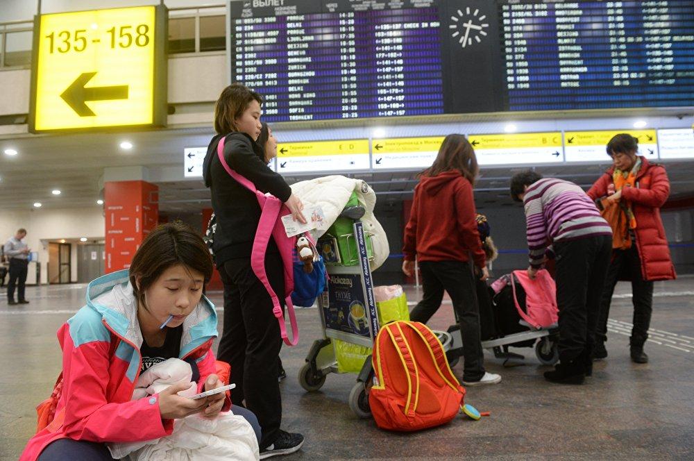 莫斯科謝列梅季耶沃機場的中國客人