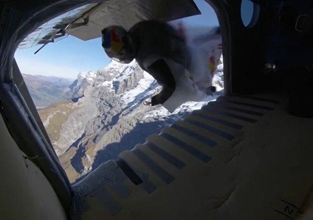 極限運動員從山頂跳下,滑翔飛入在高空行進中的飛機(視頻)