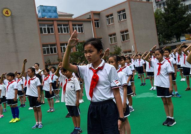 """中国现智能校服 可""""监控""""学生"""