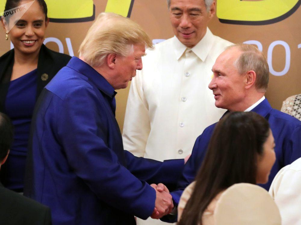 俄联邦总统普京与美国总统特朗普在越南举行的亚太经合组织(APEC)经济体成员领导人身着越南传统服装进行合影