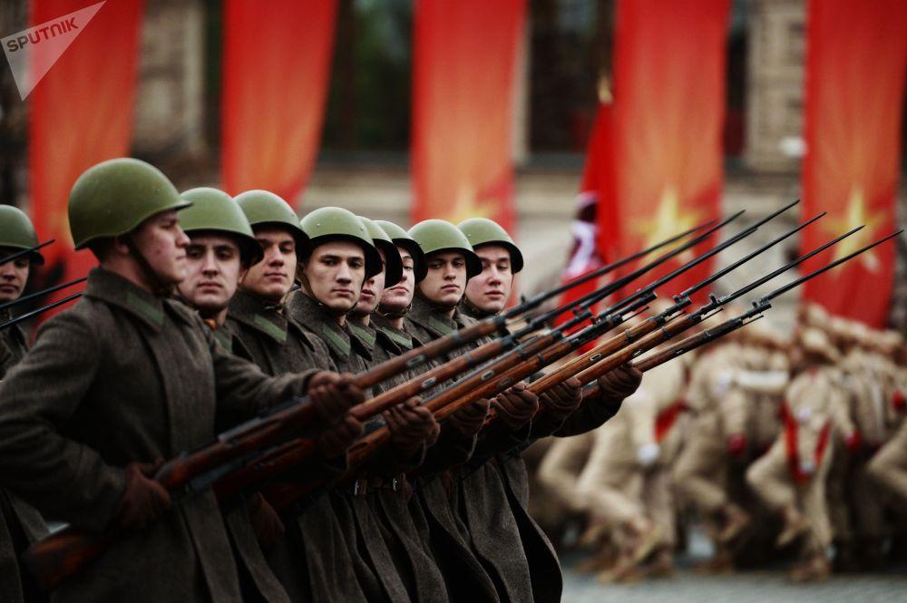 军人们正在莫斯科红场进行纪念1941年阅兵礼76周年的阅兵彩排