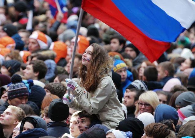 """在莫斯科卢日尼基运动场举行的名为""""俄罗斯团结一心""""的集体音乐会的观众在音乐会开始前"""
