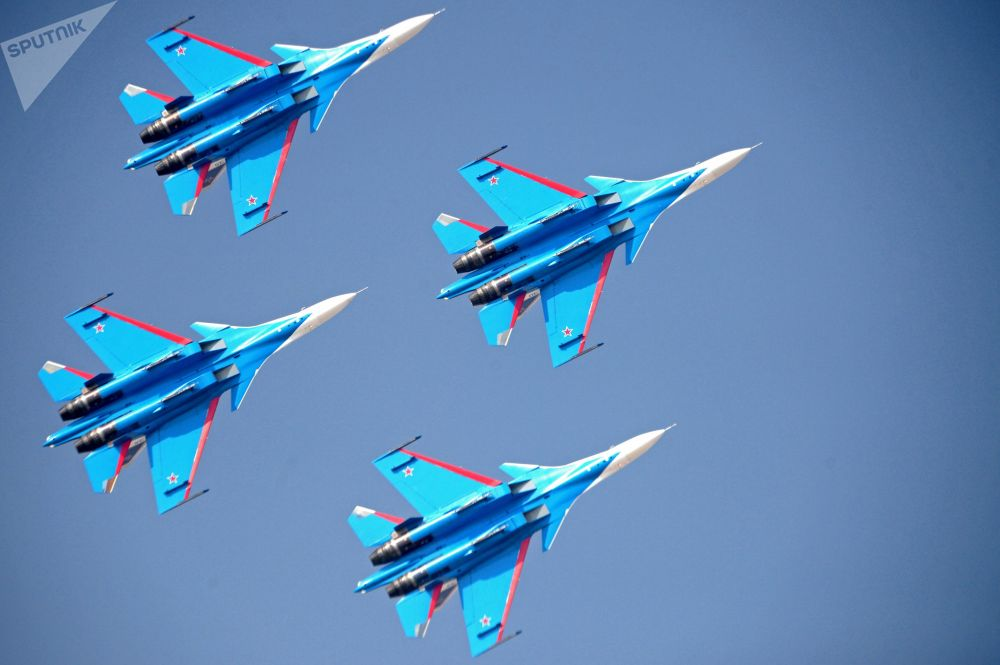 """俄联邦空天部队""""俄罗斯勇士""""飞行队驾驶苏-30战斗机在2017阿联酋迪拜航空展(Dubai Airshow)上进行表演"""