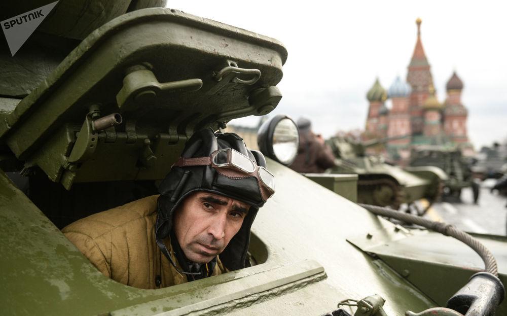 一名军人正在莫斯科红场进行纪念1941年阅兵礼76周年的阅兵彩排